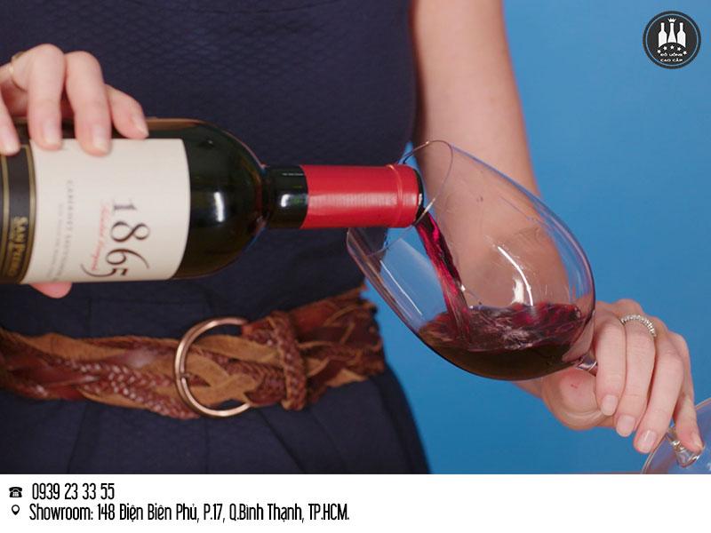cách rót rượu vang